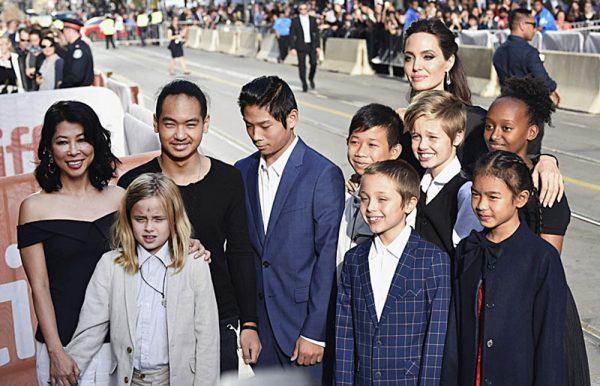 """PUNË DHE PUSHIME/ Angelina Jolie """"arratiset"""" me fëmijët dhe Brad Pitt drejt New Mexico (FOTO)"""