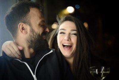 """""""MË ERDHI DITA TA ZË NGUSHTË""""/ Jonida Vokshi për herë të parë në publik me Besnikun"""