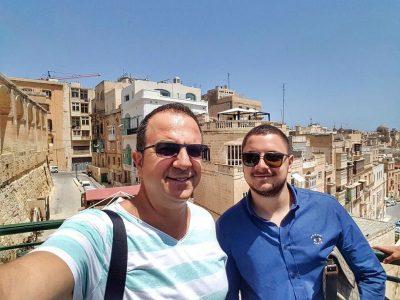 ARDIT GJEBREA FESTON DITËLINDJEN/ Joni i bën dedikimin prekës nga shumë larg Shqipërisë