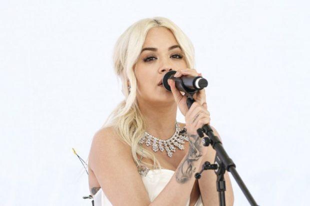 FANSAT E RITA ORËS NË PANIK/ Artistja anulon koncertin prej problemeve të rënda shëndetësore