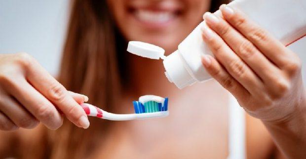 """STUDIUESIT NGRENË ALARMIN/ """"Bakteret mund të depërtojnë deri në tru, lani dhëmbët"""""""