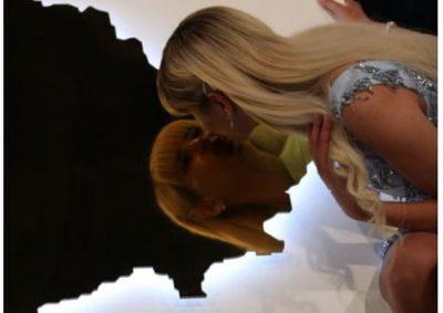 """""""ËSHTË FORMË RESPEKTI, PËR…""""/ Miss Serbia puth hartën e Kosovës live në emision (FOTO+VIDEO)"""