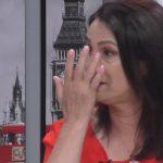 KUJTON VËSHTIRËSITË ME TË CILAT KA RRITUR VAJZAT/ Këngëtarja shqiptare qan në studio  (FOTO+VIDEO)