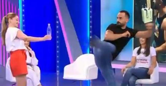 NË MES TË EMISIONIT/ Moderatori shqiptar bën sfidën me tapën e shishes (VIDEO)