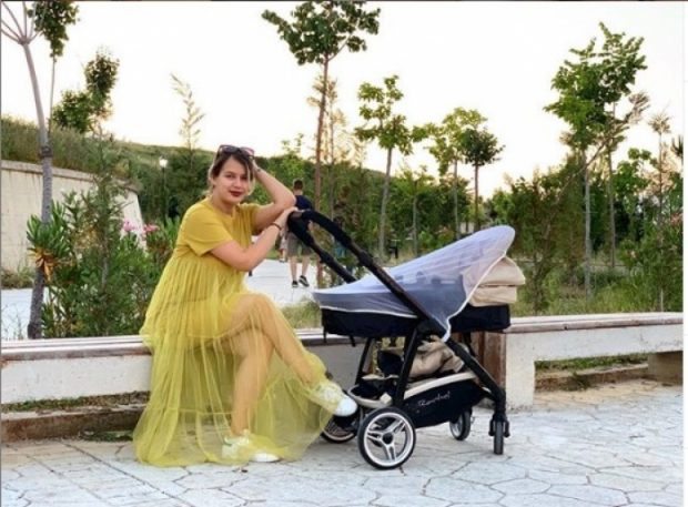 U BË NËNË DY MUAJ MË PARË/ Balerina e njohur shqiptare publikon foton e ëmbël me djalin