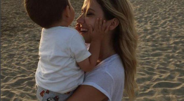 """""""DIKUJT I MUNGON…""""/ Duke e puthur e përqafuar, Arbana poston foton e mrekullueshme me të birin"""