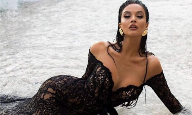 """I """"ÇMENDI"""" TË GJITHË/ Oriola ngre fustanin më shumë se sa duhet, zbulon të pasmet"""