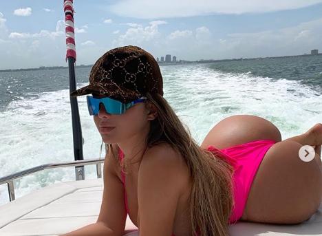 MODELJA RUSE PROVOKON SËRISHT/ Anastasiya poston fotot dhe videot e nxehta me bikini tepër të vogla (VIDEO)