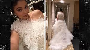 """ZBULOHET MISTERI I """"FUSTANIT TË MARTESËS""""/ Kylie Jenner poston videot dhe shuan kureshtjen e fansave të saj"""