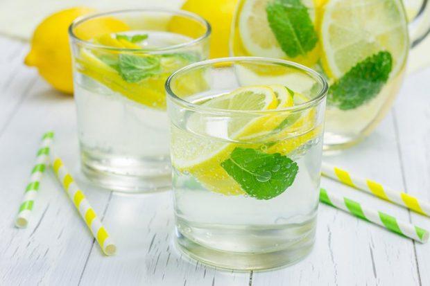 DONI BARK TË SHESHTË? Ja 3 receta super të thjeshta të ujit detox