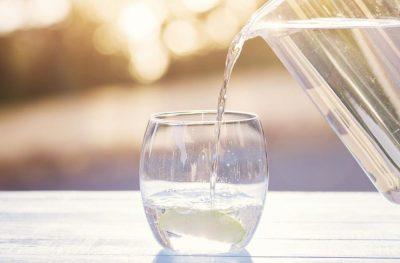 DUHET TA DINI/ Nëse uji s'na hidraton aq sa mendonim, çfarë duhet të pimë?