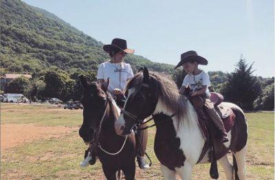 """""""UNË DHE SHOKU IM I NGUSHTË""""/ Kjo foto e Arbanës me të birin sipër kuajve do t'ju ëmbëlsojë ditën"""