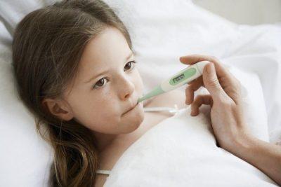 E RËNDËSISHME/ Çfarë të bëjmë kur fëmija ka temperaturë të lartë?