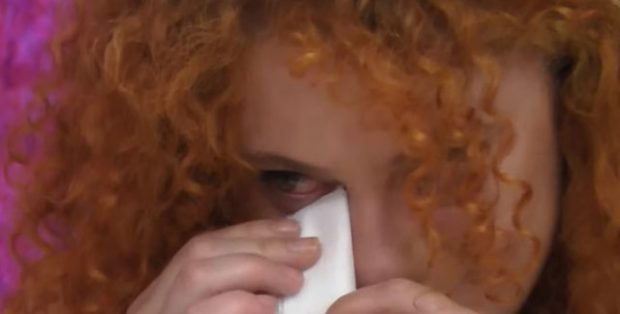 VËLLAI I LUAJTI KËNGËN E BABAIT TË NDJERË/ Aktorja shqiptare përlotet në emision
