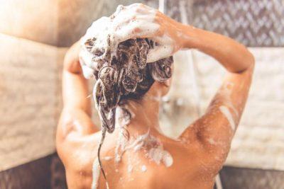 SI PËRFUNDIM/ Sa herë duhet t'i shkumëzoni flokët gjatë larjes?