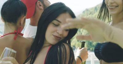 ALKOOL DHE KËRCIME PROVOKUESE/ Nami me femra në filmin 'I love Tropoja'