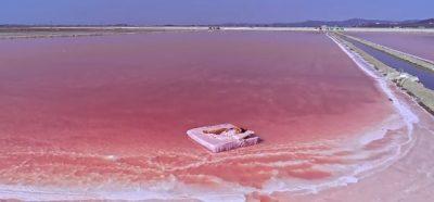 KA FIKSUAR VIP-ET/ Liqeni ngjyrë rozë ndodhet në Shqipëri dhe shumë pranë nesh