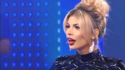 ME FUSTAN TË NGUSHTË/ Luana Vjollca bën pompa në mes të emisionit (VIDEO)