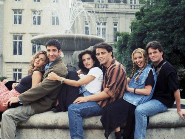 """NA BËNË KURIOZË/ Rachel, Monica, Phoebe, Chandler, Joey dhe Ross sërish bashkë. Mos ndoshta bëhet fjalë për rikthimin e serialit """"Friends""""?"""