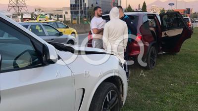 """""""PO BËNTE MANOVRA TË RREZIKSHME""""/ Reperi i njohur përplas dy """"BMW X5"""" në autostradën Tiranë-Durrës"""
