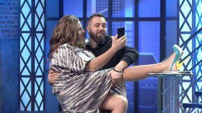 """""""ATO LEKËT, DO M'I JAPËSH…""""/ Klajdi Haruni ka një fanse të çmendur, i hidhet në krahë në mes të emisionit (FOTO)"""