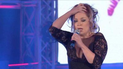 PSE ËSHTË NERVOZUAR ROZANA RADI? Këngëtarja nuk përmbahet me fjalorin: Duhet të kesh b*thë për të…