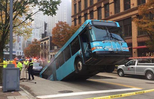 """E PABESUESHME/ Hapet gropa në tokë, """"thith"""" gjysmën e autobusit (FOTO)"""