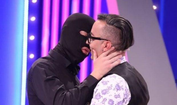 ELTON ILIRJANI THYEN TABUTË/ Puthet në buzë me një burrë (FOTO)