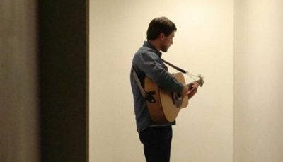 VAJZAT ÇMENDEN PËR TË/ Këngëtari shqiptar prezanton të dashurën bukuroshe