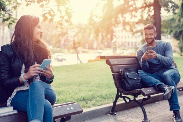 DUHET TI DINI/ Ja 10 shenjat e dukshme që një djalë po flirton me ty, por ti s'po e kupton