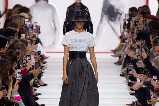 DO TA DASHURONI/ Bluza e pambukut që i plotëson të gjitha kushtet për të qenë veshja e sezonit