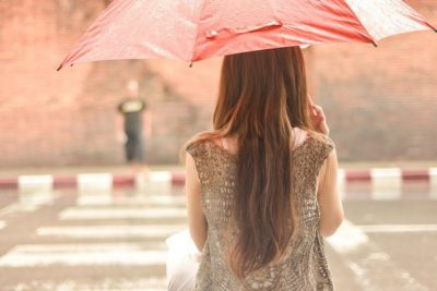 TASHMË E KENI ZGJIDHJEN/ Ja sekreti që flokët të mos elektrizohen gjatë kohës me shi