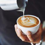 KINI KUJDES/ Shenjat që ju jep trupi kur duhet të reduktoni patjetër sasinë e kafesë që konsumoni