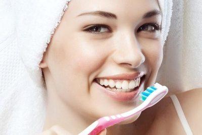 KINI KUJDES! E vetmja gjë që nuk duhet të bësh kurrë sa herë pastron dhëmbët
