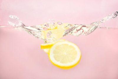 MËSOJENI SEKRETIN TANI/ Të pish ujë me limon është super, por vetëm nëse përdorim sasinë e duhur të limonit!