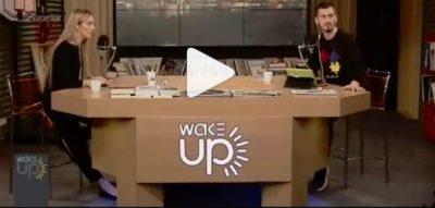 """""""NJË TJETËR SAPO RA…""""/ Të trembur deri në palcë, ja momenti kur dy moderatorët ndjenë tërmetin live (VIDEO)"""