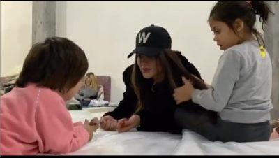 """""""NUK KAM QARË KAQ SHUMË QË KUR MË VDIQ MAMI""""/ Morena Taraku pranë fëmijëve të prekur nga tërmeti"""