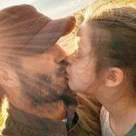 E RËNDËSISHME TA DINI/ Psikologët shpjegojnë pse nuk duhet t'i puthni fëmijët në buzë
