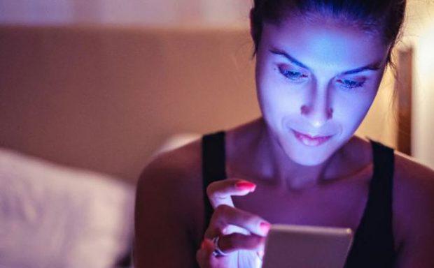 FLASIN DERMATOLOGËT/ A e dëmton drita blu e celularit lëkurën tuaj?