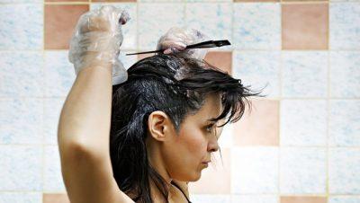 KËSHILLA NGA SPECIALISTË/ Arsyet pse nuk duhet t'i lyesh kurrë flokët në shtëpi