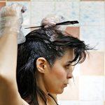KËSHILLA NGA SPECIALISTËT/ Arsyet pse nuk duhet t'i lyesh kurrë flokët në shtëpi