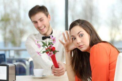 DUHET TI KENI PARASYSH/ Gjërat që nuk duhet të bëni në takimin e parë, nëse nuk doni që të jetë i fundit
