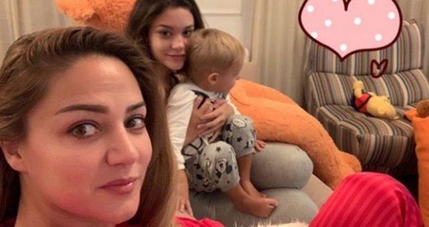 SA SHUMË QENKA RRITUR/ Bieta pozon me Kroi Art dhe vajzën e Albanit për festa