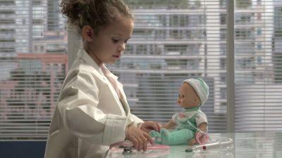 PRINDËRIT U ALARMUAN! Trendi i ri i kukullave për fëmijë do tju habisë pa masë (FOTO)