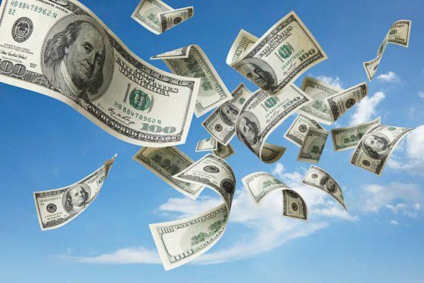 """""""GËZUAR KRISHTLINDJET""""/ Një burrë vodhi mijëra dollarë në bankë dhe ua shpërndau njerëzve"""