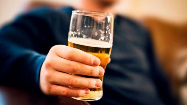 DUHET TA DINI/ Birra mund t'ju ndihmojë ta luftoni mbipeshën dhe të flini mirë
