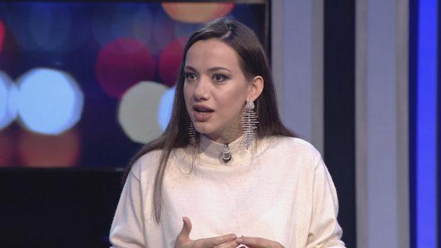 """""""ËSHTË E HIJSHME DHE VETËSAKRIFIKUESE""""/ Moderatorja shqiptare flet për vjehrrën e saj: Po ta njohësh është një… (VIDEO)"""