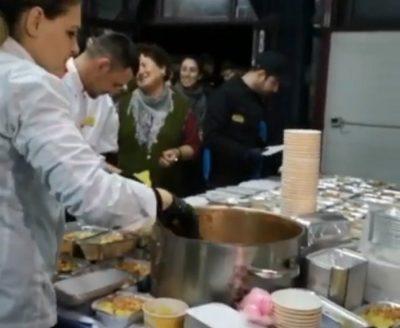 TËRMETI TRAGJIK/ Shefi i kuzhinës më të famshme, gatuan për të prekurit nga tërmeti (FOTO)