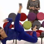 E PAPRITUR/ Momenti kur moderatorja shqiptare rrëzohet keq në mes të emisionit (VIDEO)