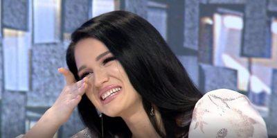 """""""QAVA 1 JAVË""""/ Këngëtarja shqiptare përlotet në emision kur kujton tërmetin e 26 nëntorit"""